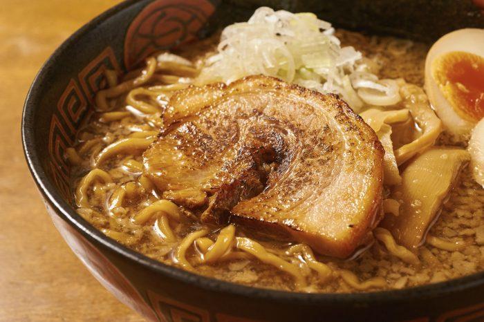 埼玉・大宮駅の近くにある「らぅ麺 ガラ喰楽学校」。絶品醤油ラーメンが人気の店!まずは一杯、頼んでみて!