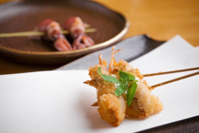 兵庫、西宮でメディアにも取り上げられた人気の串かつ居酒屋「かつ源」で絶品串揚げを味わう。
