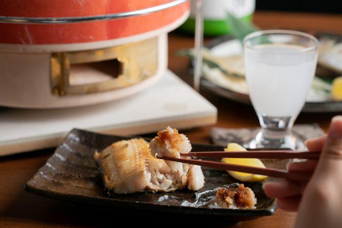 京都・伏見にある和食居酒屋「日本酒と炭火焼 藤丸(ふじまる)」で国産牛の炭火焼きや鮮魚のお造りを楽しむ