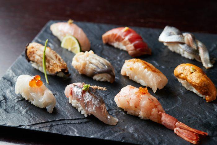 秋田市大町・川反にある寿司「鮨BAR 金亀(きんかめ)」。バーならではの豊富なラインナップのお酒もおすすめ