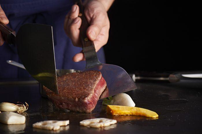 山形市・山形駅の近くにある「鉄板焼 蝶結」さんのクチコミレポート。メスの山形牛を中心に美味しいお肉のステーキが食べられる鉄板焼きのお店