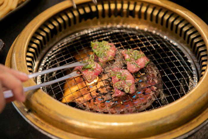 加古川、播磨町の焼肉、ホルモン店「焼肉レストランよつば亭」。食べ放題よりお得?!ボリューム満点の焼肉盛り合わせが自慢!