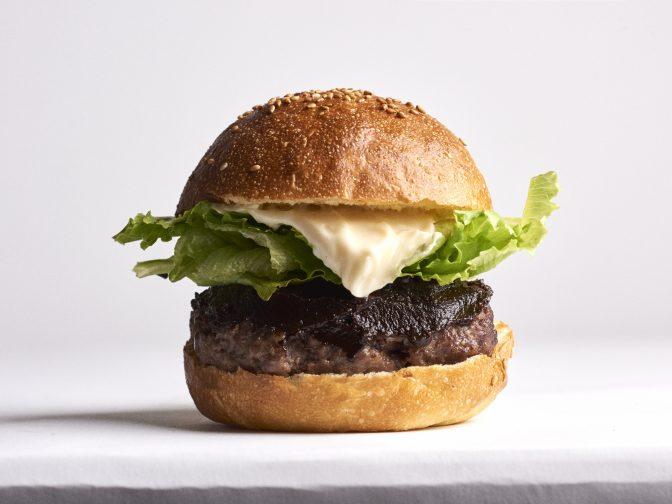 西小山駅周辺・クラフトビレッジ西小山東棟1Fのハンバーガーショップ「コーラとハンバーガー」。ワンちゃんと一緒に来店OK!