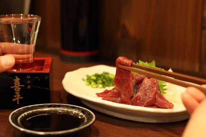 馬刺しと日本酒